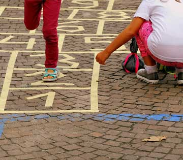Bambini che giocano a campana
