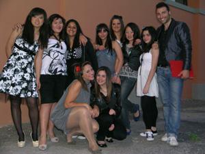 Foto di gruppo delle ragazze del laboratorio e il loro insegnante