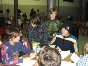 ragazzi che giocano intorno ad un tavolo