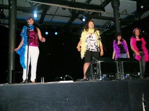 Foto delle ragazze del laboratorio sul palco durante un'esibizione