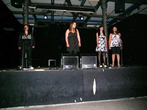 Foto delle ragazze del laboratorio sul palco per un'esibizione