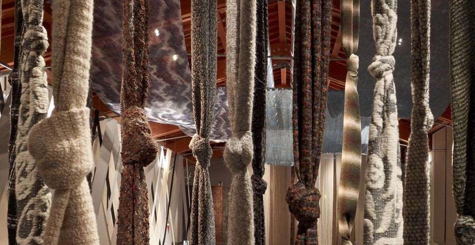 Foto di tessuti appesi al Museo del Tessuto