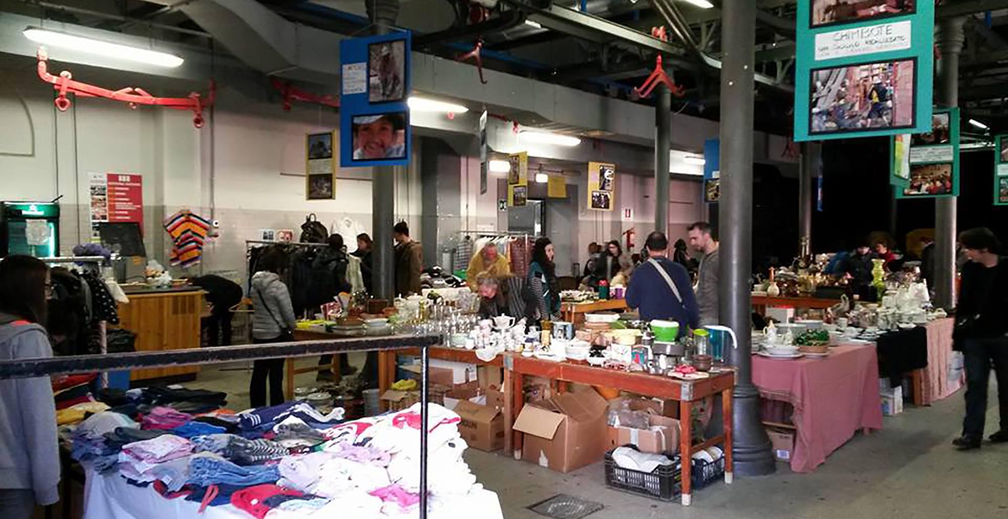 Foto a colori del mercatino all'interno di Officina