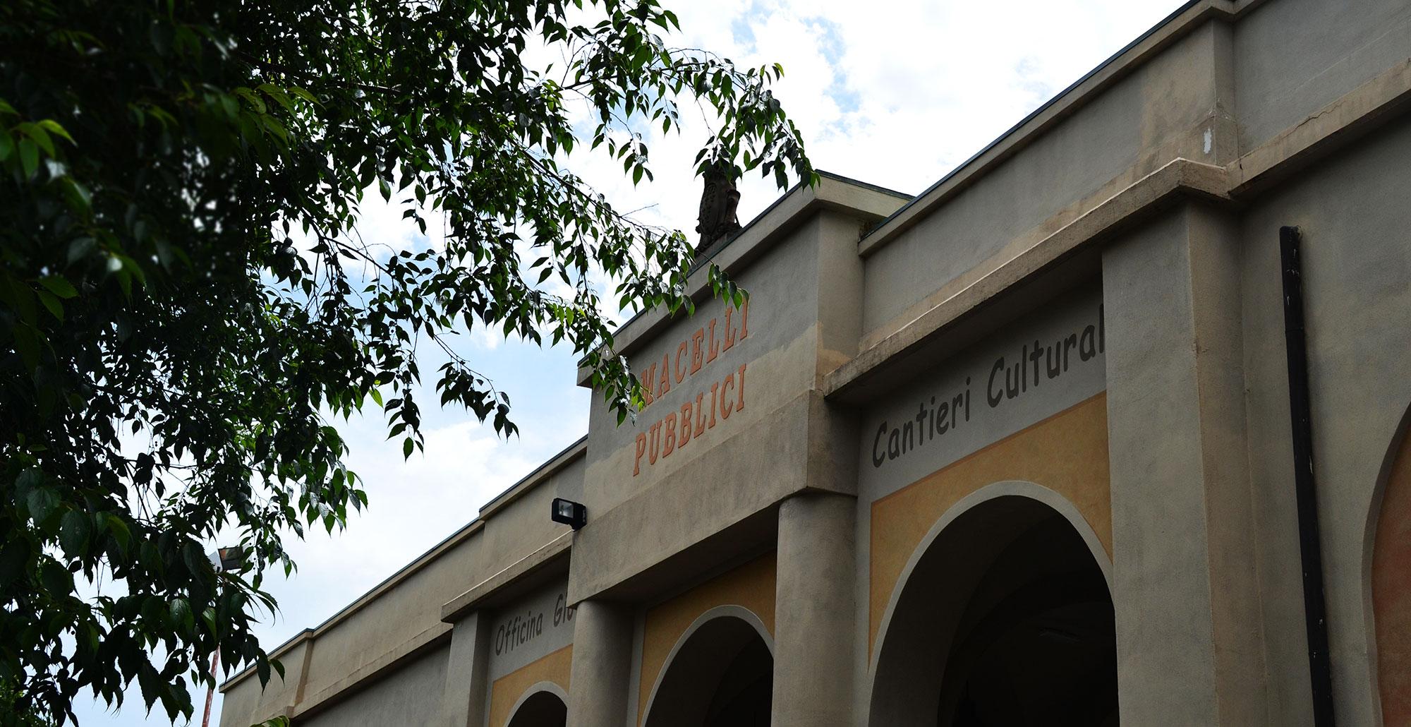 Foto di scorcio della facciata di Officina Giovani
