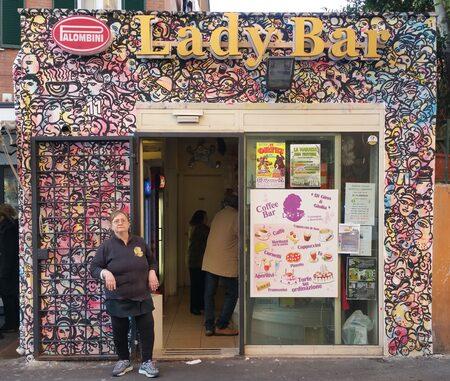 Il 'Lady Bar' a Roma con il muro realizzato dall'artista Carlo Gori