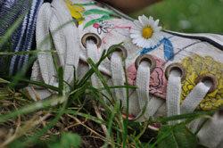 Foto di scarpa sportiva su prato verde
