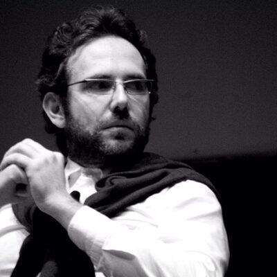 Foto in bianco e nero primo piano di Luca Cinotti giornalista de Il 'Tirreno'