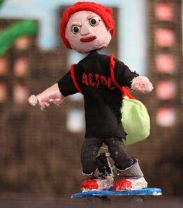 Foto di un frame del corto 'Aurora' con il pupazzo dell protagonista su uno skate