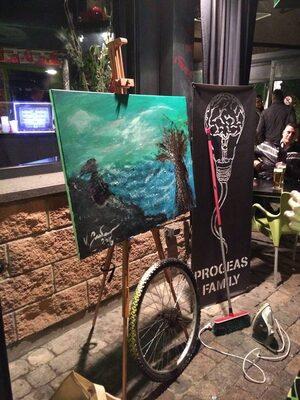 Opere d'arte di fronte a un locale