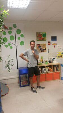 Foto del volontario in piedi nella sede dell'associazione per cui ha svolto il Servizio Volontario Europeo (SVE)