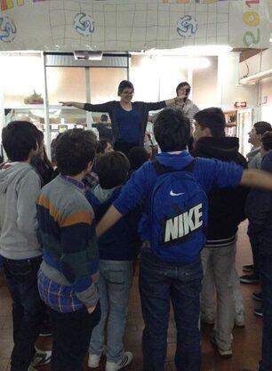 Foto delle volontarie che spiegano il gioco ai bambini